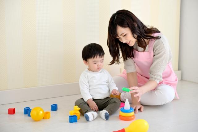 子供と遊ぶベビーシッター